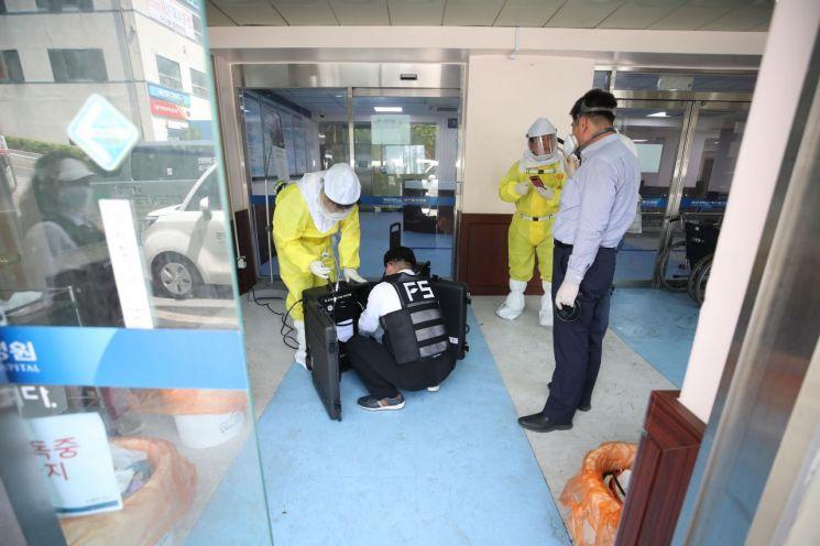 5월26일 대구 중구 계명대학교 동산병원에서 소독·방역업체 관계자들이 '코로나19' 격리병동으로 쓰이던 병원 내부 소독작업을 하고 있는 모습.