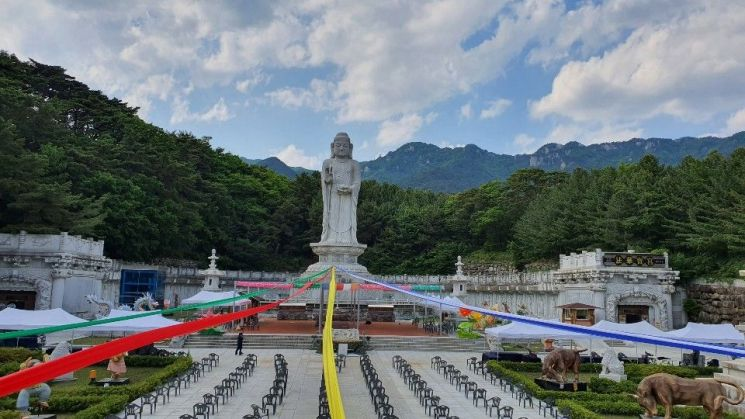 부처님 오신 날 봉축법요식을 하루 앞둔 29일 오전 대구 팔공산 동화사 통일대불 마당에 의자들이 1m 간격을 두고 배치돼 있다.