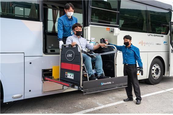 휠체어 이용자 장거리이동 지원하는 '서울 장애인버스' 도입