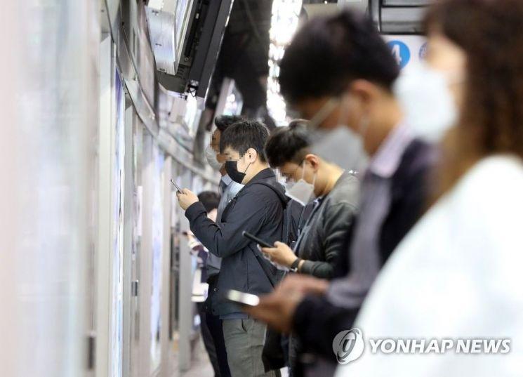 마스크를 쓰고 열차를 기다리고 있는 시민들 [이미지출처=연합뉴스]