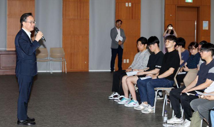 유성훈 금천구청장이 지난해 여름방학 대학생 아르바이트에 참여한 청년들과 만남의 시간을 갖고 있다.
