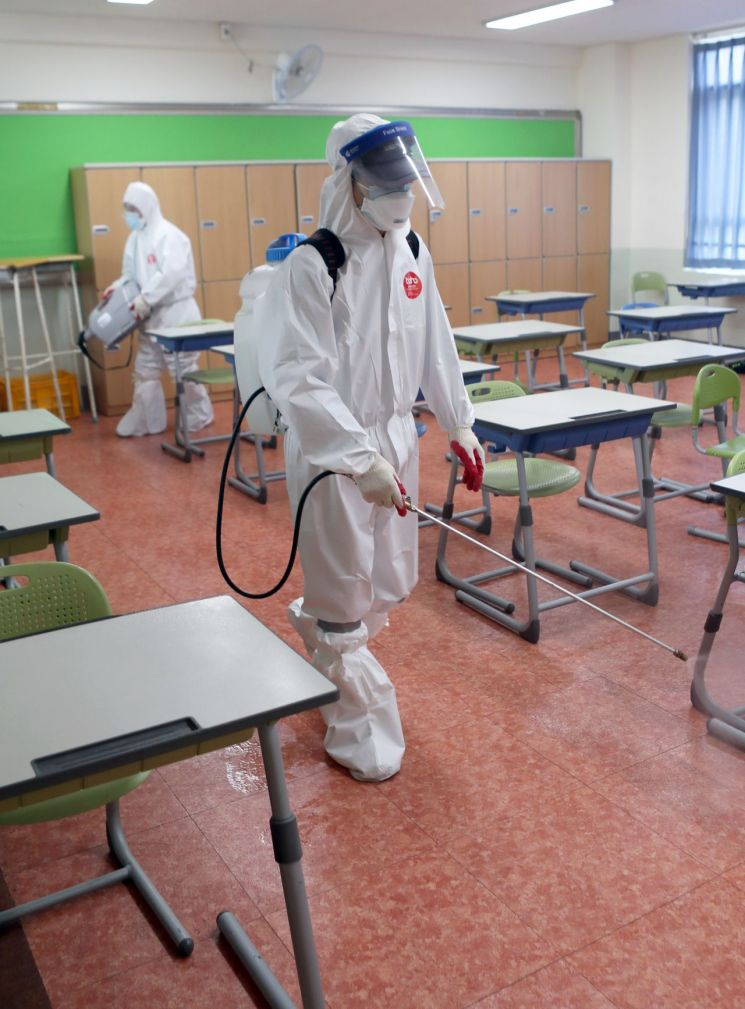 30일 부산 내성고에서 고3 확진자 교실에 대한 긴급 방역작업이 이뤄지고 있다. [이미지출처=연합뉴스]