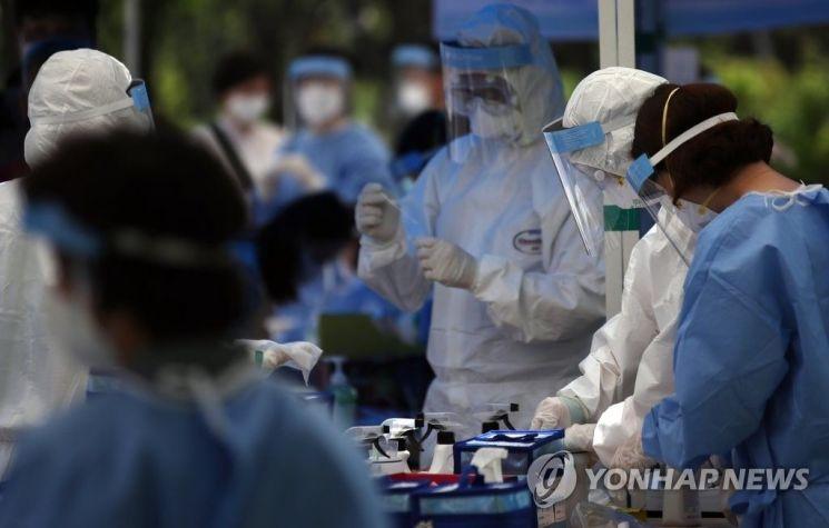 지난 29일 서울 중구 서소문역사공원에서 코로나19 검사를 준비하는 의료진들. [이미지출처=연합뉴스]