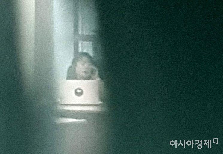 윤미향 더불어민주당 의원이 1일 국회 의원회관 사무실로 출근, 외부와 전화통화를 하고 있다./윤동주 기자 doso7@