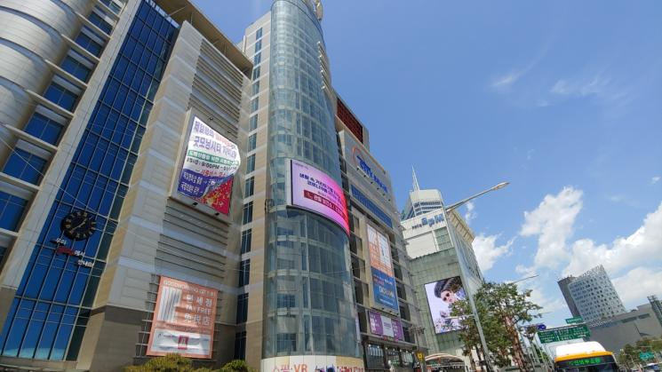 코로나19의 직격탄을 맞으면서 서울 동대문 일대 주요 패션매장의 점포들이 법원 경매에서 잇따라 헐값에 팔려나가고 있다. 사진은 동대문과 동대문역사문화공원 인근 빌딩 전경. (본문의 특정 표현과 관계 없음)