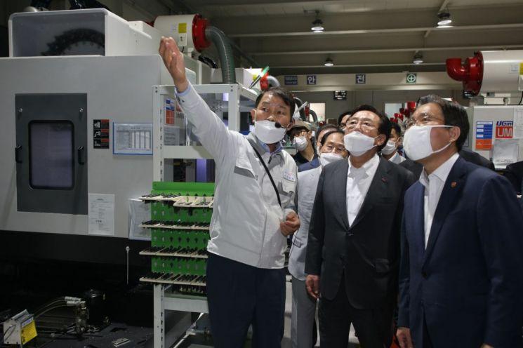 조덕형 동양파츠 대표(사진 왼쪽)가 공장 내부 설비를 직접 설명하는 모습. 김기문 중소기업중앙회장(사진 가운데), 성윤모 산업부 장관(사진 오른쪽). 사진 = 산업통상자원부