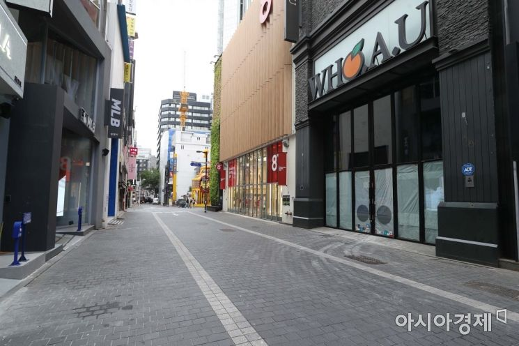 2일 서울 명동 거리 곳곳에 임대 안내문이 붙어 한산한 분위기다. /문호남 기자 munonam@