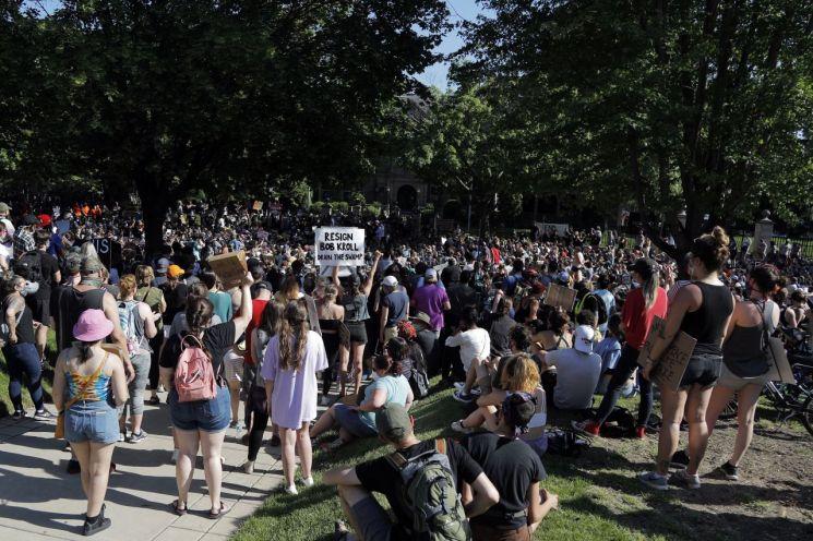 1일(현지시간) 백인 경찰의 과잉진압으로 비무장한 흑인 남성이 사망한 이른바 '조지 플로이드 사건' 규탄 시위에 참석한 시위대의 모습/사진=AP연합뉴스