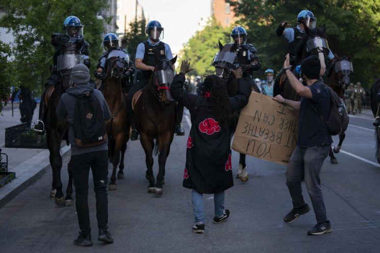 1일(현지시간) 백인 경찰의 과잉진압으로 비무장한 흑인 남성이 사망한 이른바 '조지 플로이드 사건' 규탄 시위가 일주일째 이어지고 있다/사진=AP연합뉴스