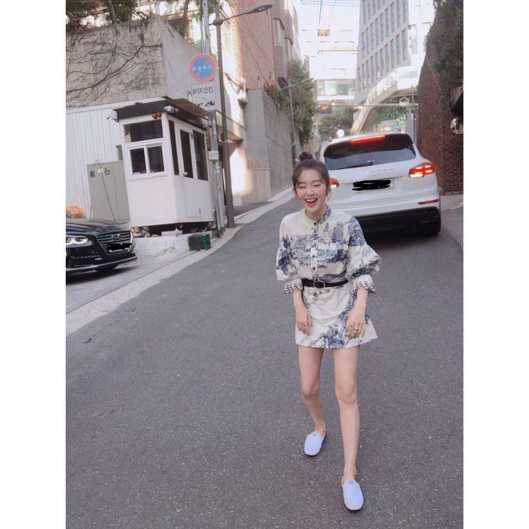 아이린의 셔츠 원피스 코디. 사진=아이린 인스타그램