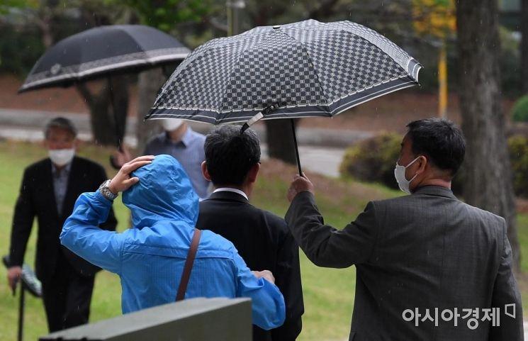 [포토] '우산보다 큰 마음'