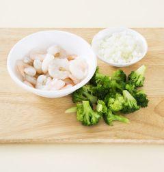 1. 새우살은 씻어 건진다. 브로콜리는 작은 송이로 잘라 끓는 물에 데치고 양파는 굵게 다진다.