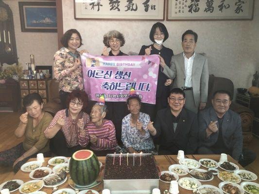장흥군 관산읍 지역사회보장협의체는 지난 1일 '장수 어르신 생신상 차려드리기' 행사를 개최했다. (사진=장흥군 제공)