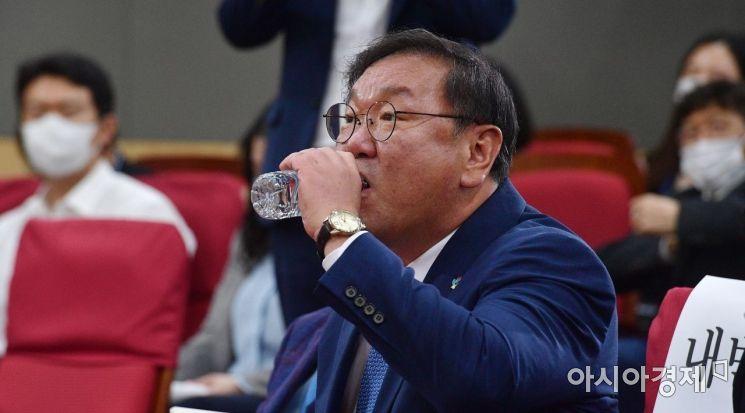 [포토] 물 마시는 김태년 원내대표