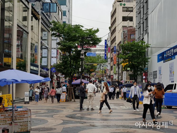 지난 2일 오후 서울 중구 명동거리. 점심시간을 맞아 거리로 나온 시민들이 발걸음을 옮기고 있다/사진=김가연 기자 katekim221@asiae.co.kr