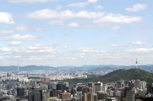 지난달 20일 서울 종로구 인왕산 정상에서 바라본 서울 하늘.사진=연합뉴스