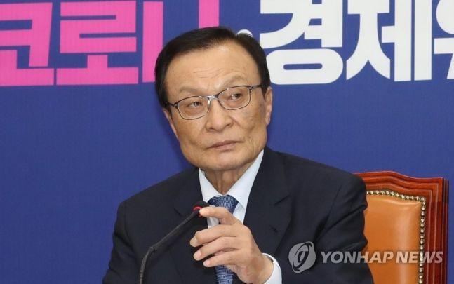 이해찬 더불어민주당 대표가 2일 오후 서울 여의도 국회에서 열린 정례기자간담회에서 마이크를 잡고 있다. 2020.6.2 toadboy@yna.co.kr