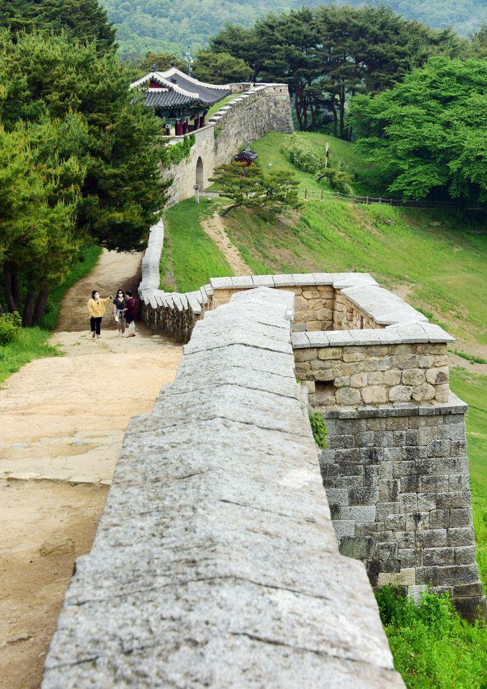 상당산성 성곽 둘레를 걷는 산책로는 부드럽고 아름답다. 능선을 따라 유연하게 오르내리며 휘어지는 성곽 길을 걷다보면 절로 힐링이 되는 기분이다.