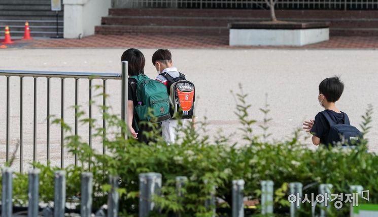 [포토]교실로 이동하는 초등학생들