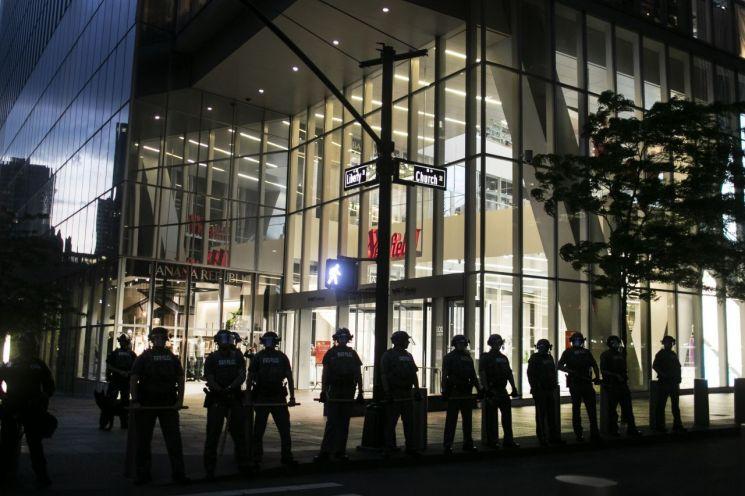 뉴욕경찰이 통금금지 조치 중 로어맨해튼의 한 상점앞을 경계하고 있다. [이미지출처=AP연합뉴스]