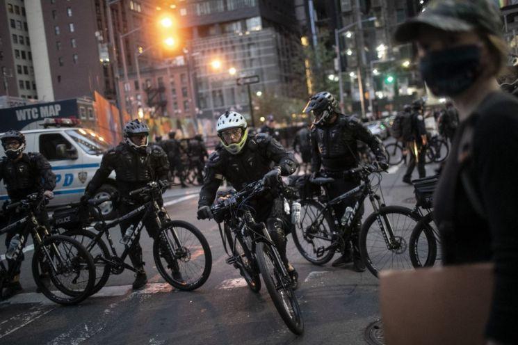 자전거를 탄 뉴욕경찰이 통금조치 집행에 나서고 있다. [이미지출처=AP연합뉴스]