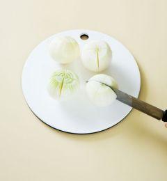 1. 양파는 껍질을 벗겨 물에 씻는다. 양쪽 꼭지를 칼로 자른 다음 십자로 칼집을 내어 멸치액젓 1/4컵을 붓고 숨이 죽을 때까지 30분 정도 절인 다음 멸치액젓을 따라낸다.