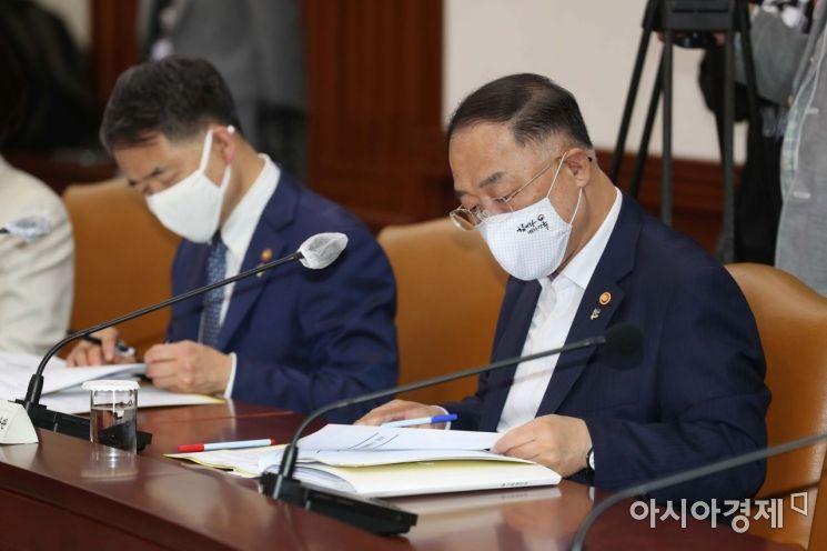 [포토]자료 보는 홍남기 경제부총리와 박능후 장관