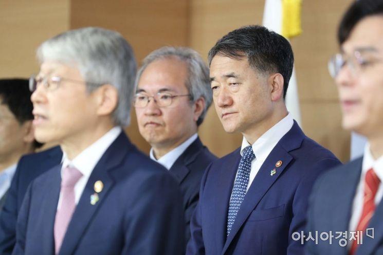 [포토]최기영 장관 발언 듣는 박능후 장관