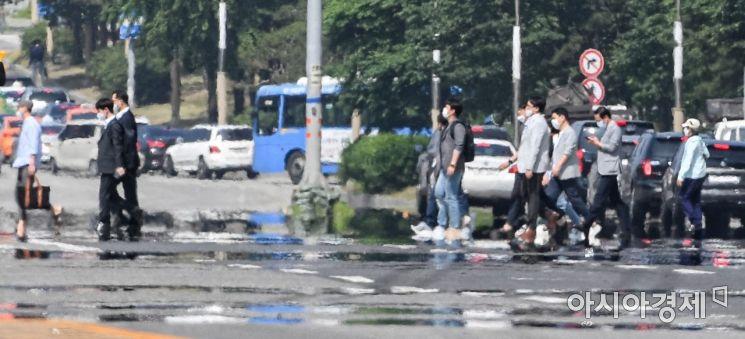 [포토]아지랑이 피어 오르는 도로 건너는 시민들