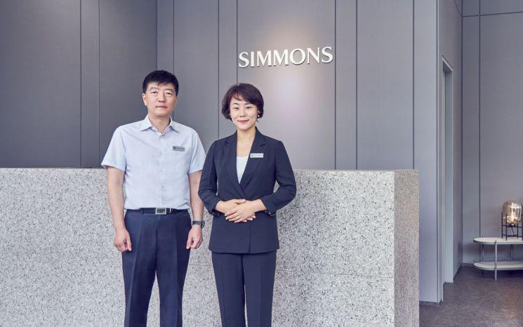 시몬스 맨션 점주들인 이기석(왼쪽), 조문경 부부. 사진=시몬스 침대