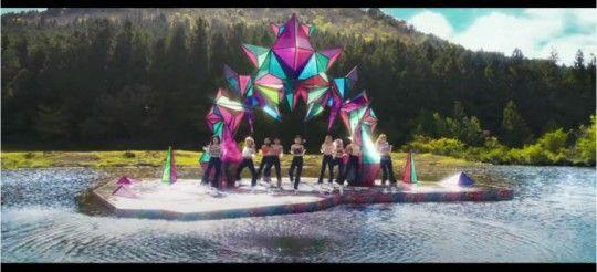 걸그룹 트와이스의 미니 9집 신곡 'MORE & MORE' 뮤직비디오가 표절 논란에 휩싸였다./사진='MORE & MORE' 뮤직비디오 캡쳐