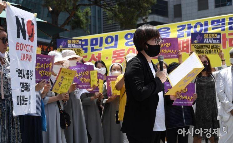 3일 서울 종로구 주한일본대사관 앞에서 열린 '일본군 위안부 피해자 문제해결을 위한 정기 수요시위'에서 이나영 정의기억연대 이사장이 발언을 하고 있다./김현민 기자 kimhyun81@