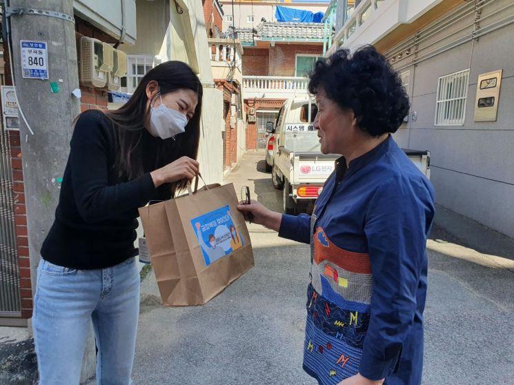 부산 금정구장애인복지관 사회복지사가 '금장복이 찾아간다' 프로그램에 따라 시설이용자 집을 찾아가 선물꾸러미를 전하고 있다.