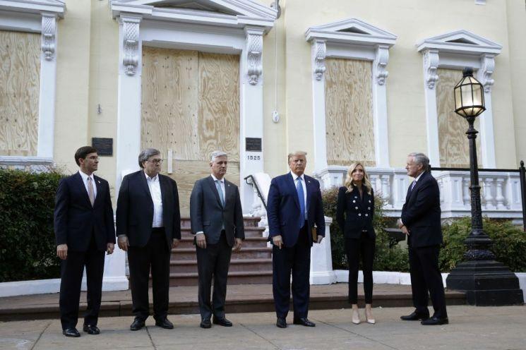 왼쪽부터 마크 에스프 국방장관, 윌리엄 바 법무장관, 로버트 오브라이언 국가안보회의 보좌관, 도널드 트럼프 대통령, 케일리 매커내니 백악관 대변인 [이미지출처=AP연합뉴스]