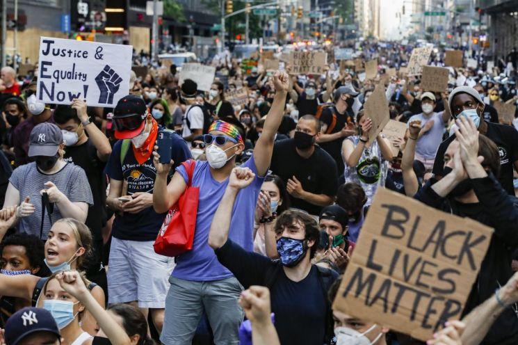 3일(현지시간) 미국 뉴욕 맨해튼에서 열린 '조지 플로이드 사건' 인종차별 규탄 시위/사진=AP연합뉴스