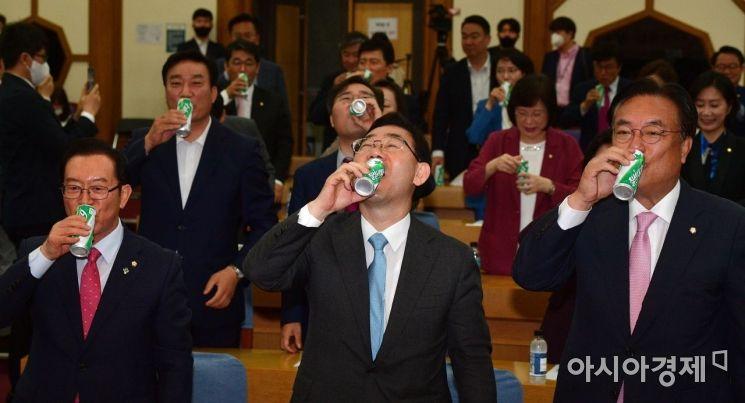 [포토] 통합당, 시원하게 '사이다' 한잔