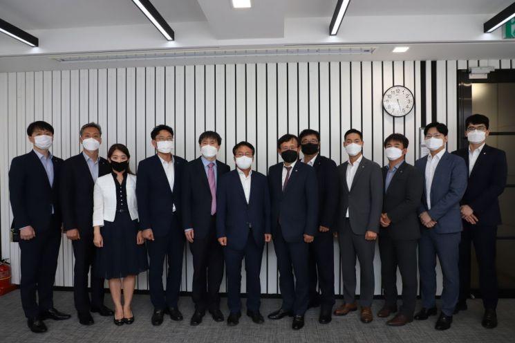 아주산업과 국가기술표준원 임직원들이 3일 서울 서초동 아주산업 본사에서 열린 간담회에 참석해 기념촬영을 하고 있다.