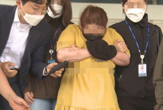 의붓아들을 여행용 가방에 가둬 심정지 상태에 이르게 한 의붓어머니가 지난 3일 영장 실질심사를 위해 대전지방법원 천안지원으로 들어서고 있다. [이미지출처=연합뉴스]