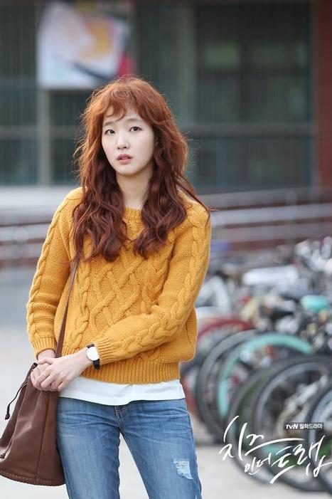 김고은의 밝은 컬러의 히피펌 스타일링. 사진=tvN '치즈 인 더 트랩' 현장포토