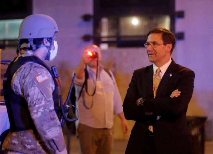 마크 에스퍼 미 국방부 장관이 워싱턴DC에 주둔한 주 방위군과 이야기 하고 있다. [이미지출처=로이터연합뉴스]