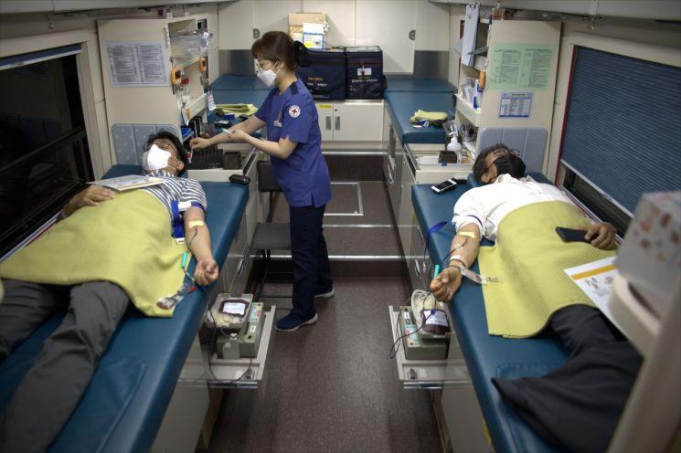 손봉수 원장(우) 등 국토교통과학기술진흥원 임직원들이 단체 헌혈하는 모습