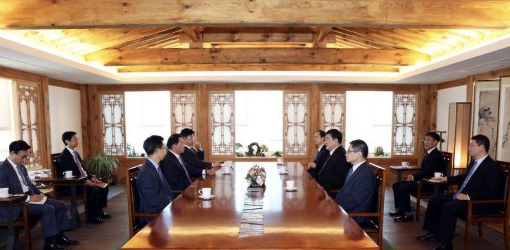 주한중국대사관은 지난 3일 최태원 회장(왼쪽에서 두번째)과 싱하이밍 중국 대사(오른쪽 두번째)가 회동했다고 밝혔다.