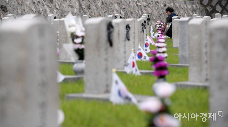 [포토] 헌화하는 월남전 전사자 유가족