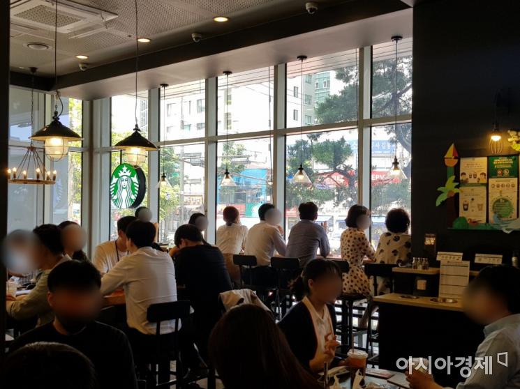 지난 3일 서울 중구 소재의 대형 프랜차이즈 카페. 시민들이 마스크를 벗고 마주 앉아 대화를 나누고 있다/사진=김가연 기자 katekim221@asiae.co.kr