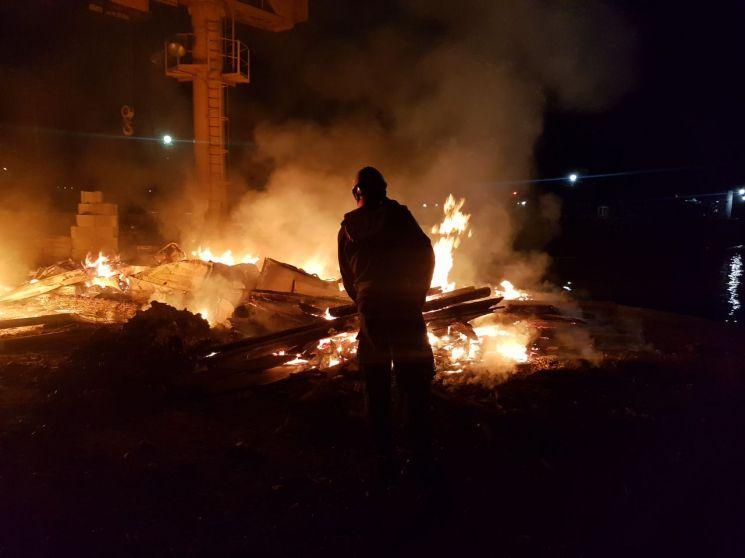 5일 창원해경이 이수도 방파제에서 발생한 화재를 진압하고 있다.(사진=창원해경)