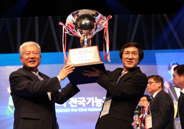 사진은 지난 2018년 10월 열린 전국기능경기대회에서 우승한 경북팀 관계자가 우승 트로피를 들고 있는 모습.