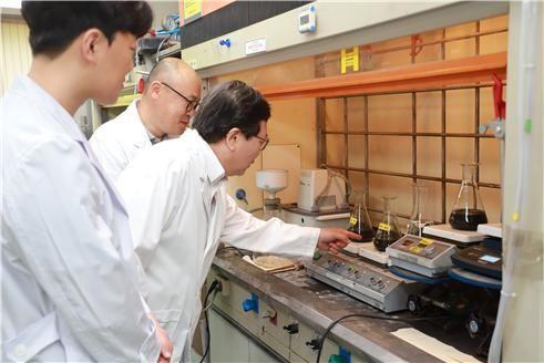 장희동(가운데) 박사와 연구진이 친환경 고순도 흑연 정제 과정을 진행하고 있다.