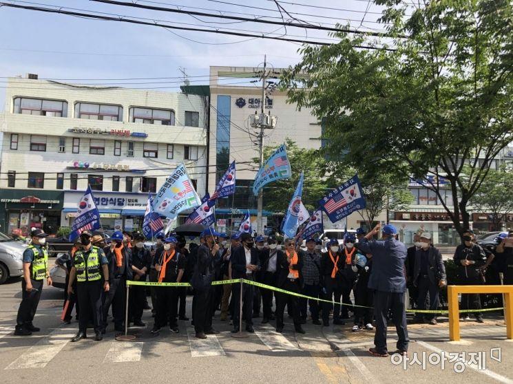 5일 오후 3시30분 서울 동작구 사당동에 위치한 이수진 더불어민주당 지역구 사무실 앞에서 '친일파 파묘' 법안에 반대하는 단체가 항의 집회를 하고 있다. 사진=강주희 인턴기자 kjh818@asiae.co.kr