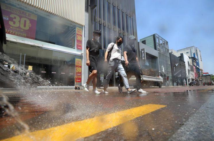 5월4일 대구 중구 동성로에서 중구청 소속 살수차가 거센 물줄기를 뿜으며 거리의 열기를 식히고 있다.