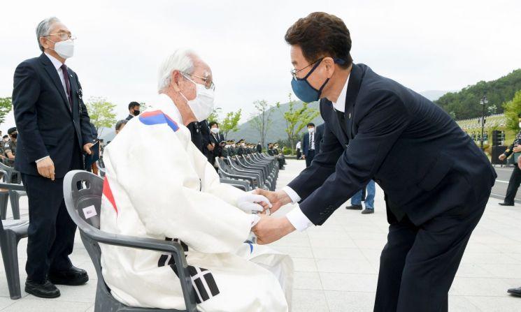 현충일 영천호국원 추념식에 태극기 옷 입고 참석한 97세 애국지사